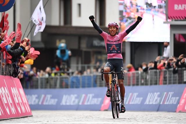 Egan Bernal gana la etapa 16 del Giro de Italia y se consolida como líder de la competencia.