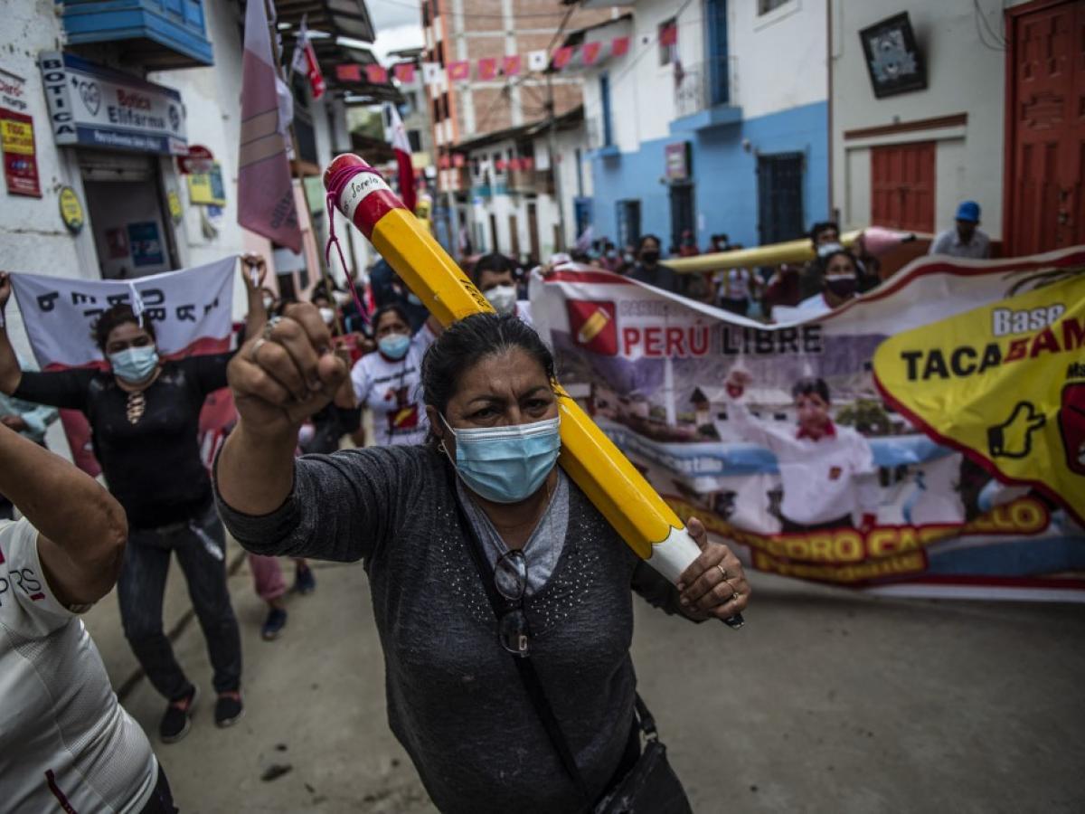 Manifestantes en las calles de Perú apoyando al candidato Pedro Castillo