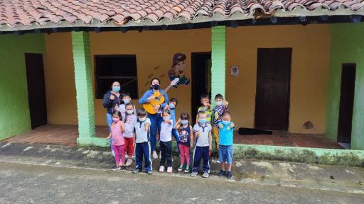 Profe María Paula y sus estudiantes