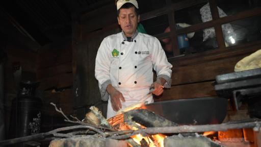 Aníbal Criollo, chef indígena quillasinga en su cocina tradicional